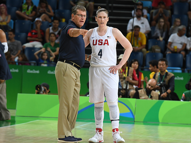 Geno Auriemma discusses strategy with Lindsay Whalen.