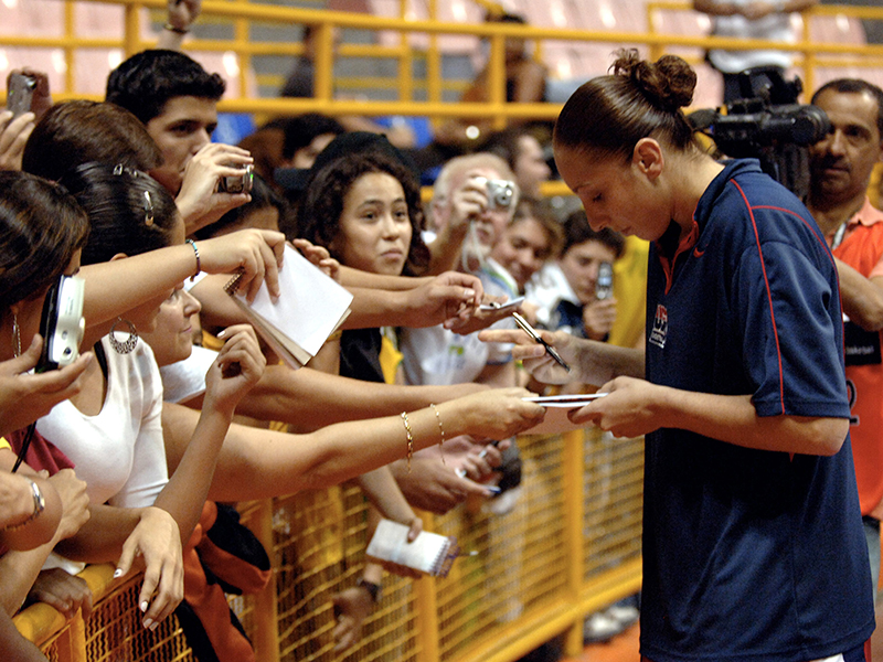 07 2006 wc taurasi autographs GettyImages 71976869jpg